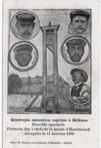 1909: L'avis d'exécution: Diese Postkarte kündigt die bevorstehende Hinrichtung an. Im Hintergrund sieht man das Zellengefängnis von Béthune sowie Scharfrichter Anatole Deibler mit den vier Delinquenten. Digitale Sammlung Blazek