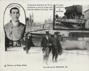 Ankunft von Anatole Deibler (hier: aus Anlass einer Hinrichtung in Rodez 1910). Rechts oben im Bild: der mit der Eisenbahn transportierte geschlossene Pferdewagen mit der Guillotine, für deren Zusammenbau man etwa eine halbe Stunde benötigte. Digitale Sammlung Blazek