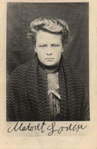 """Louise Matoret, weibliche Hauptperson der Bande. Postkarte von 1907. Am 30. Januar 1909 wies """"Le Matin"""" in Paris darauf hin, dass Abel Pollets ehemalige Geliebte nun, als freigesprochene Frau, den Weber Arsène Christy aus Épehy (Somme) heiraten werde. Digitale Sammlung Blazek"""